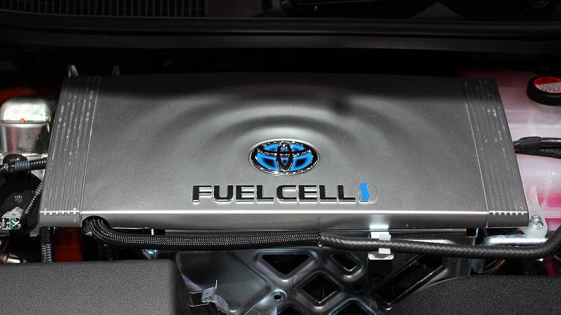 水素で動く燃料電池自動車